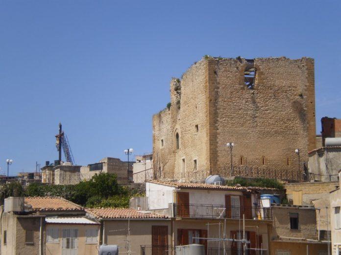 Castello e calvario con Gesù in croce